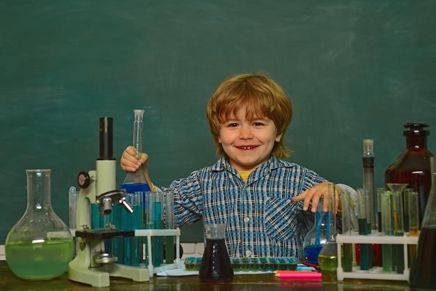 Uma demonstração de química. experimentos de biologia com microscópio. de volta à escola. aula de química. Foto Premium