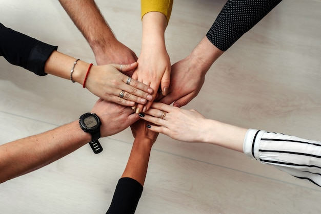 Uma empresa de várias pessoas é combinada em uma equipe. trabalho em equipe Foto Premium
