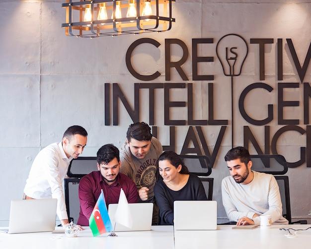 Uma equipe de designers criativos trabalhando em um projeto. Foto gratuita