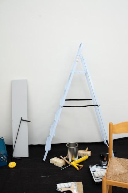 Uma escada e equipamento Foto Premium