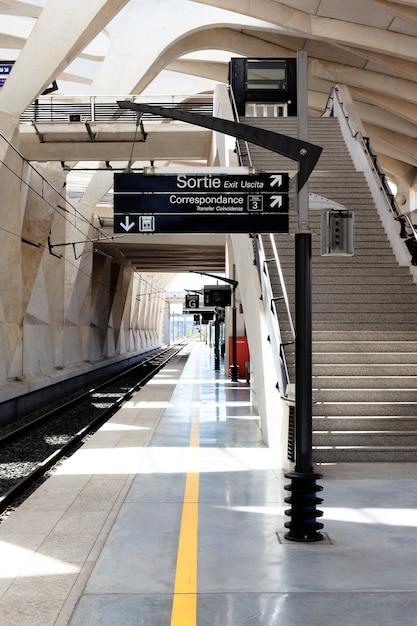 Uma estação de trem no aeroporto de lyon, na frança Foto Premium