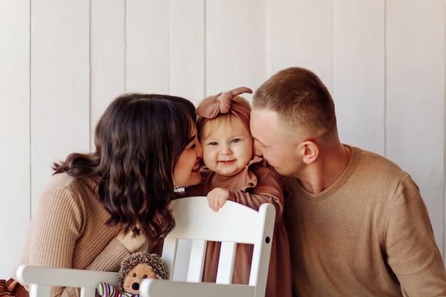 Uma família feliz posando Foto gratuita