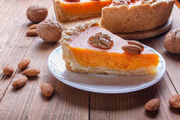 Uma fatia de torta de abóbora doce americana tradicional Foto Premium