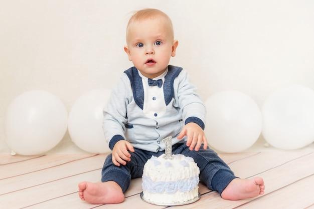 Uma festa de aniversário de bebê ano. bebê comendo bolo de aniversário Foto Premium