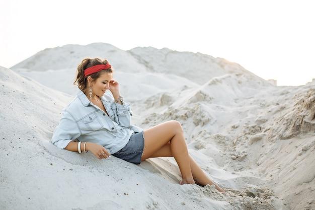 Uma garota bonita de jeans, shorts curtos Foto Premium