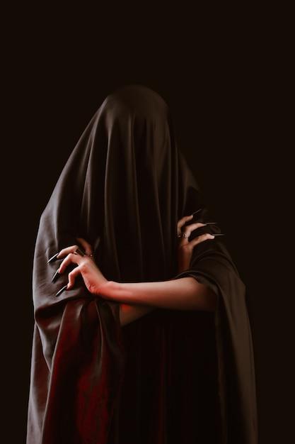 Uma garota com cabelo comprido de uma bruxa está tentando incendiar-se Foto Premium