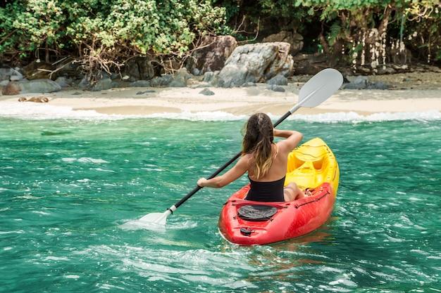 Uma garota em uma canoa Foto gratuita