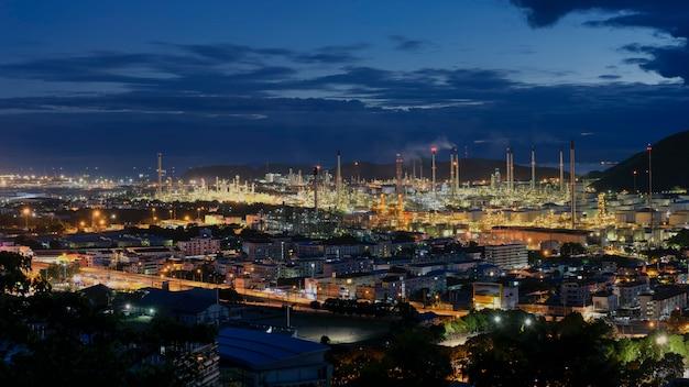 Uma grande planta de refinaria de petróleo Foto Premium