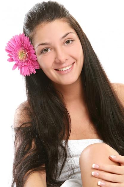 Uma jovem atraente e bonita Foto gratuita