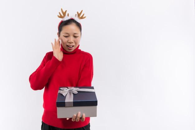 Uma jovem bonita leva alguns presentes de natal Foto Premium