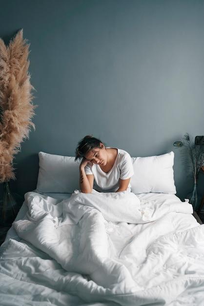 Uma jovem doente na cama em quarentena Foto Premium