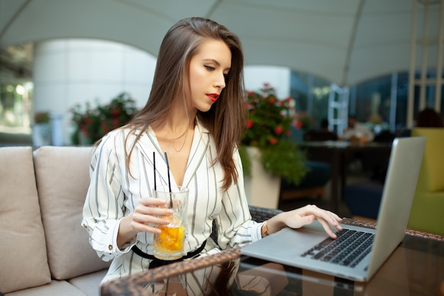 Uma jovem e linda garota de cabelos castanhos Foto Premium