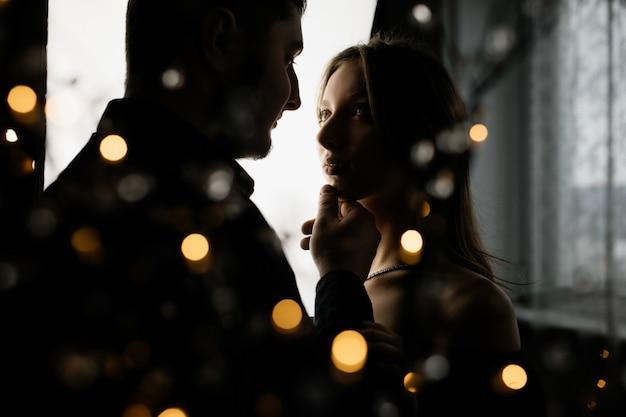 Uma jovem olha para o namorado com amor Foto gratuita