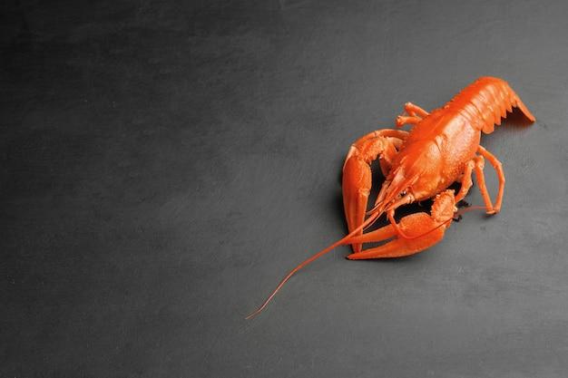 Uma lagosta de frescura cozinhada de luxo na vista superior de fundo preto Foto Premium