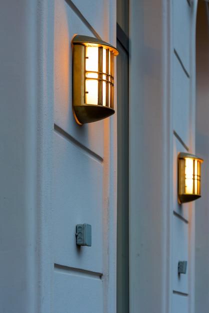 Uma lâmpada incandescente na parede de um edifício Foto Premium