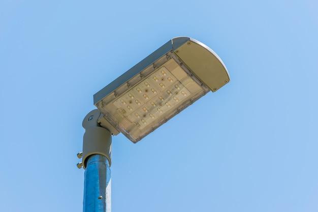 Uma lanterna led de rua ilumina as ruas à noite, economizando energia. Foto Premium