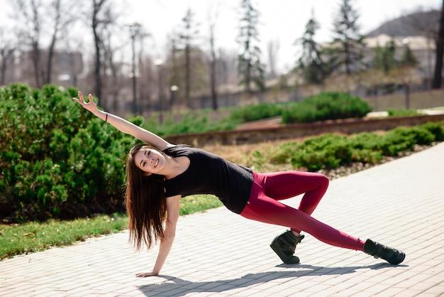 Uma linda garota está envolvida em coreografia na natureza. Foto Premium