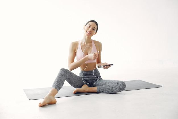 Uma linda garota está envolvida em um estúdio de yoga Foto gratuita