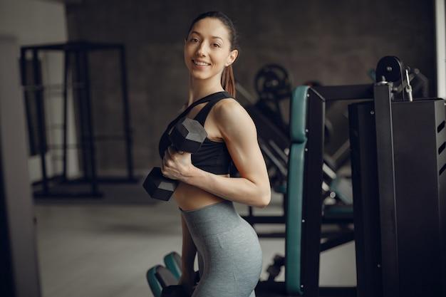 Uma linda garota está envolvida em um ginásio Foto gratuita
