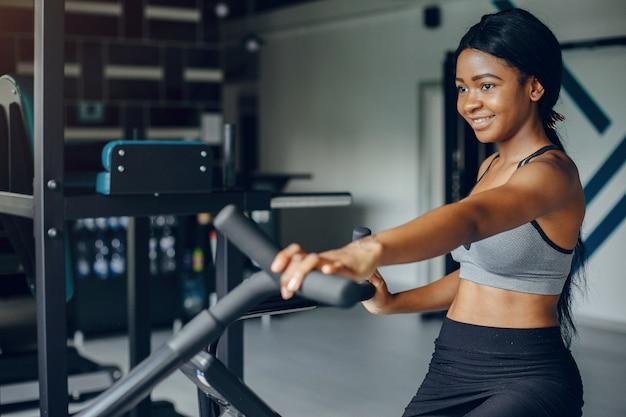 Uma linda garota negra está envolvida em um ginásio Foto gratuita