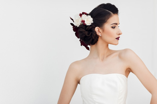 Uma linda jovem noiva posando Foto Premium