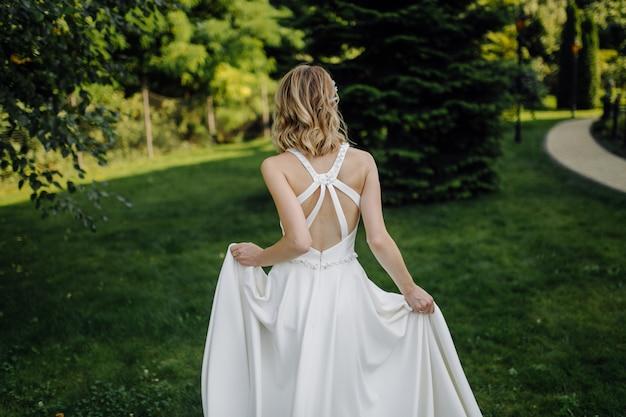 Uma linda noiva usando vestido de noiva Foto gratuita