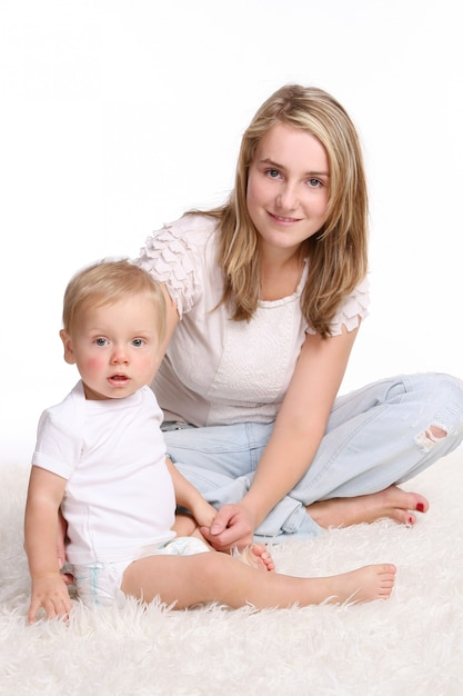 Uma mãe jovem e bonita com criança Foto gratuita