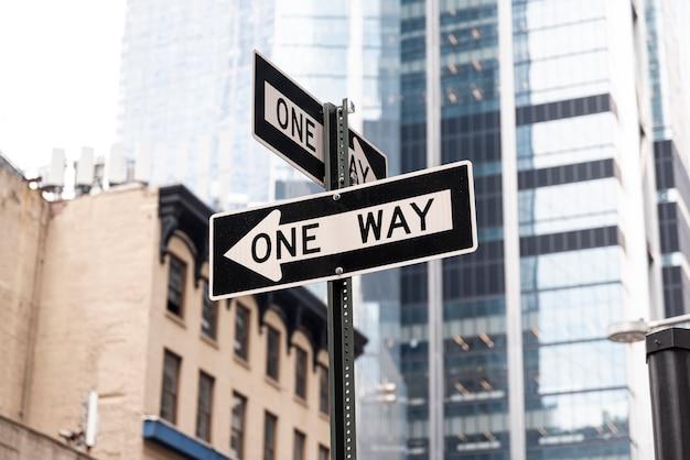 Uma maneira de assinar a estrada na cidade Foto gratuita