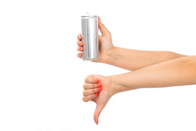 Uma mão feminina vista frontal segurando prata pode mostrando sinal não é legal no branco Foto gratuita