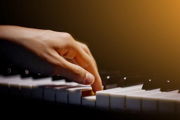 Uma mão masculina no piano. Foto Premium
