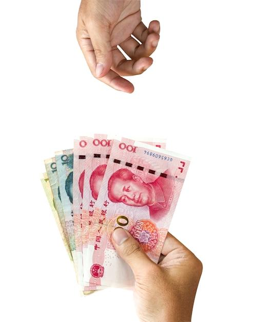 Uma mão segurando a nota de yuan da china para dar e uma mão em branco espera recebê-lo Foto Premium