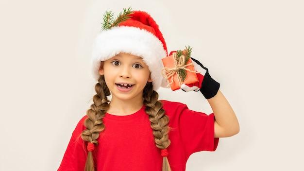 Uma menina ganhou um presente de natal Foto Premium