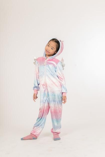 Uma menina sorridente em um unicórnio cosplay Foto Premium