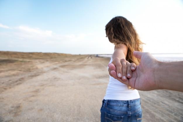 Uma menina vai em um post segurando um companheiro em uma mão Foto Premium