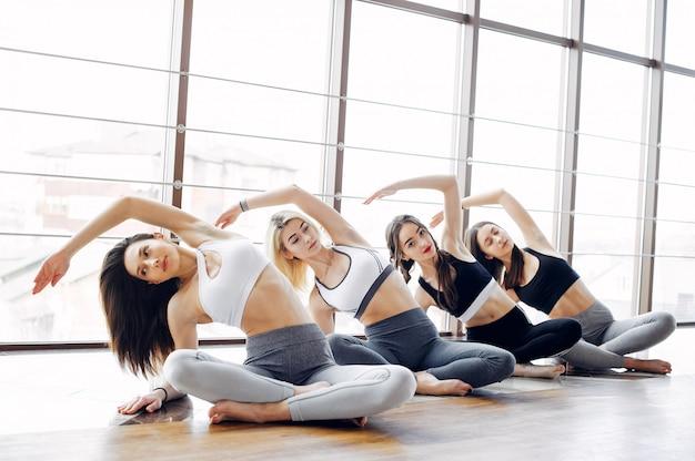 Uma meninas bonitas está envolvida em um ginásio Foto gratuita