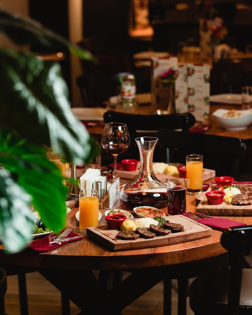 Uma mesa de jantar com alimentos e refrigerantes em um restaurante. Foto gratuita