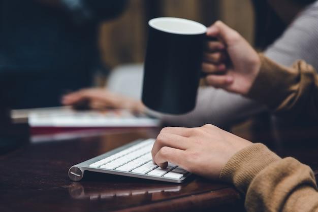 Uma mesa em um escritório com um laptop, ela está escrevendo um blog Foto Premium