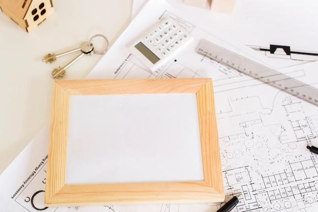 Uma moldura de madeira na maquete do tablet Foto gratuita
