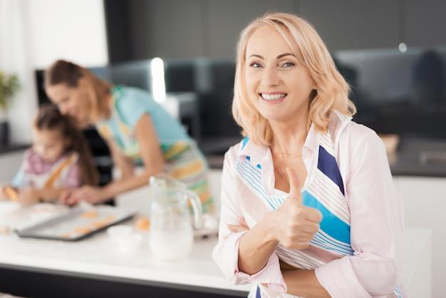 Uma mulher abulta levanta com o dedo. Foto Premium