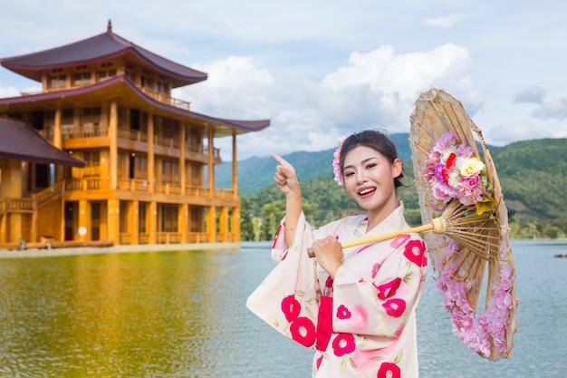 Uma mulher asiática bonita que desgasta um quimono japonês, conceito tradicional do vestido. Foto gratuita