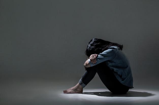 Uma mulher asiática está sofrendo de depressão. Foto Premium