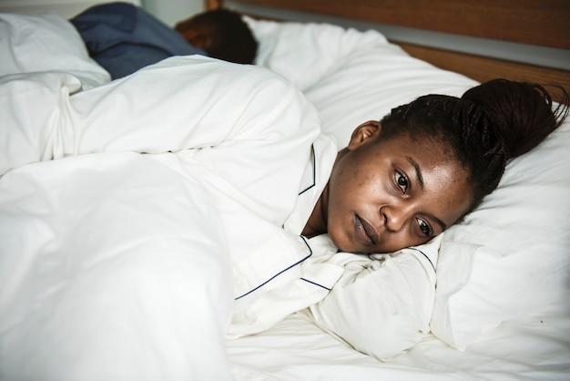 Uma mulher bem acordada na cama Foto Premium