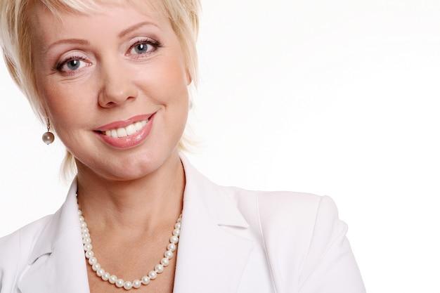 Uma mulher bonita e atraente em branco Foto gratuita