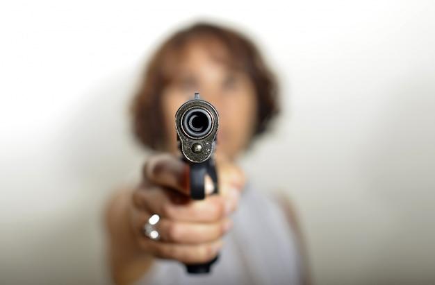 Uma mulher com arma Foto Premium
