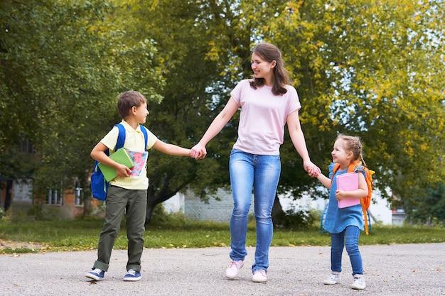 Uma mulher e dois filhos na parte de trás. Foto Premium
