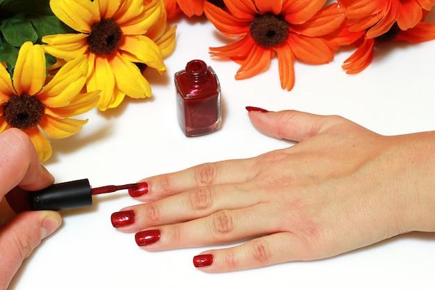 Uma mulher é manicure caseiro Foto Premium