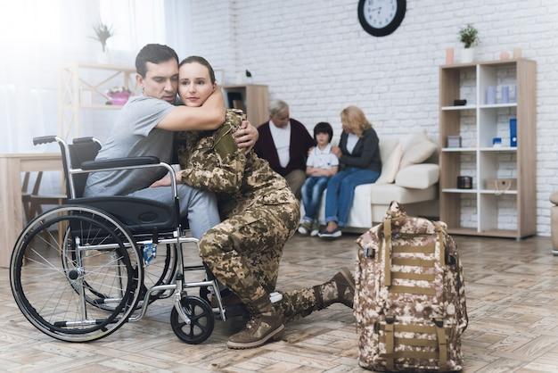 Uma mulher em camuflagem vai para o serviço militar. Foto Premium