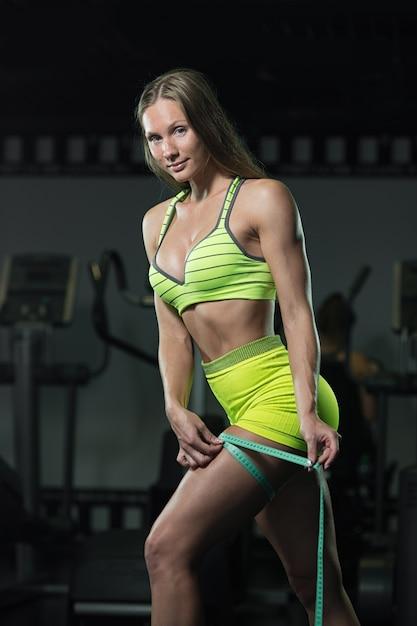 Uma mulher que mede seu tamanho do pé com uma medida de fita. Foto Premium