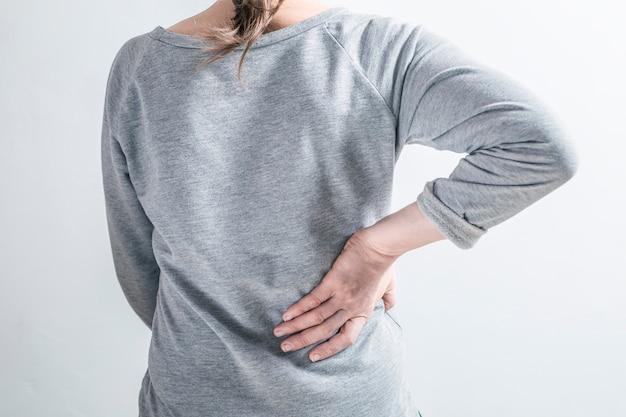 Uma mulher se agarra a um rim doente Foto Premium