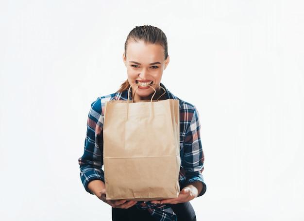 Uma mulher sorridente feliz com uma sacola de compras Foto Premium